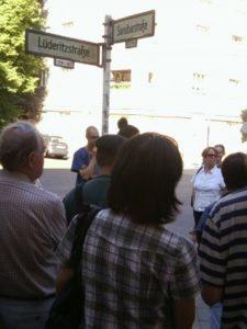 Besuchergruppe an der Sansibar-/Lüderitzstraße