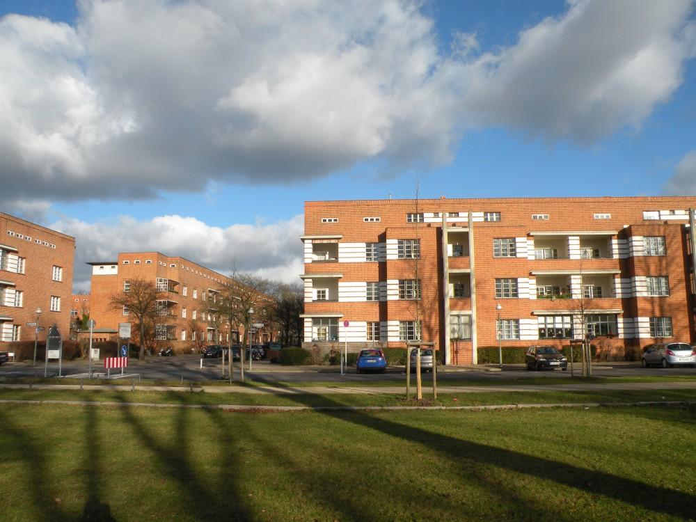 Schattenspiele vor der Siedlung Schillerpark