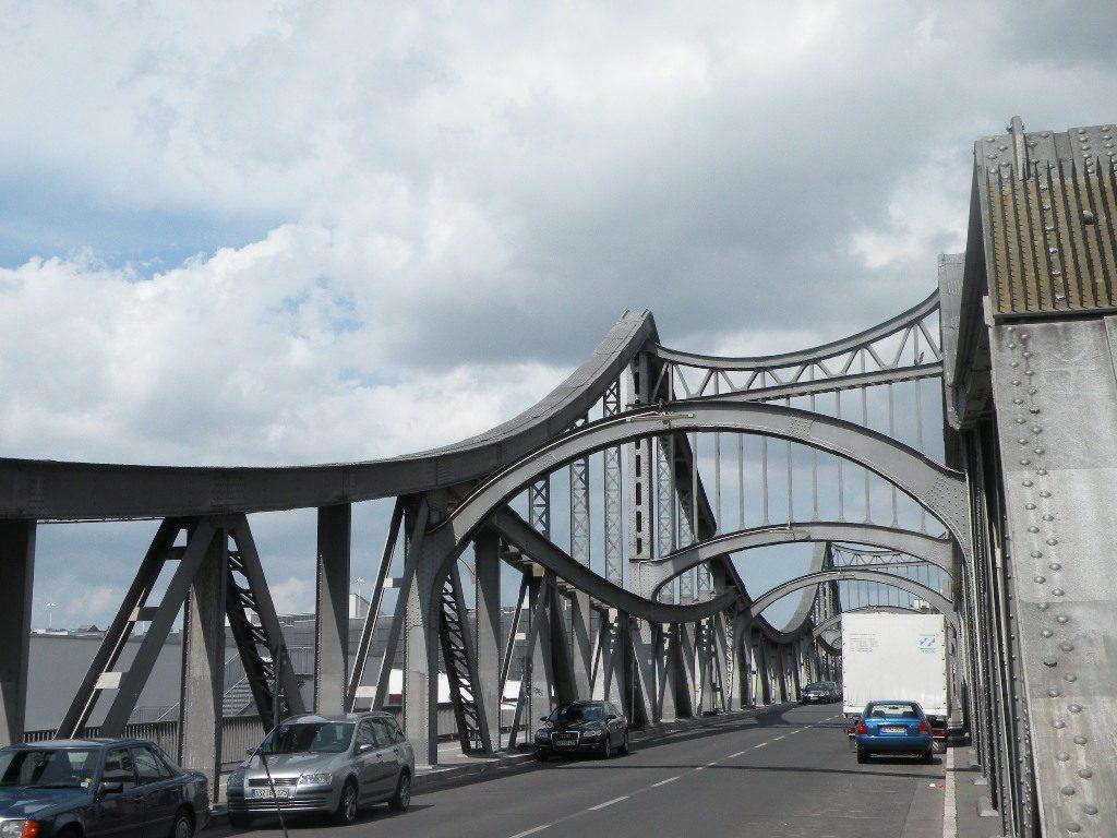 Die Swinemünder Brücke überspannt die Bahngleise