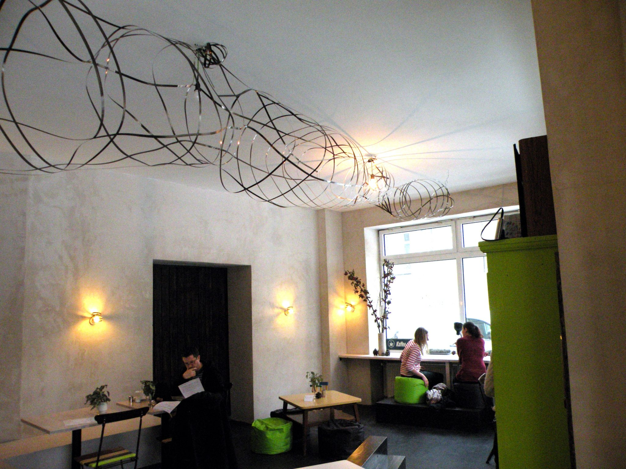Eine Metallskulptur zieht sich durch das ganze Café