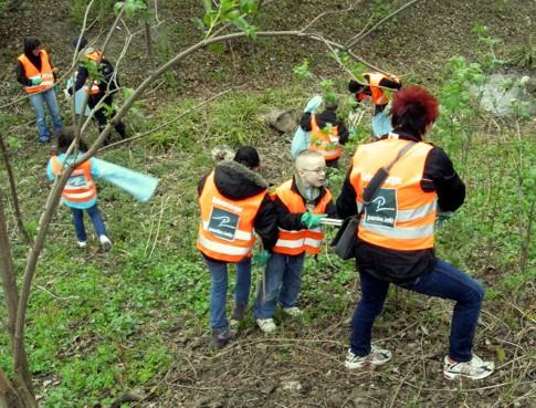 Kinder helfen tatkräftig, das Panke-Ufer vom Dreck zu befreien