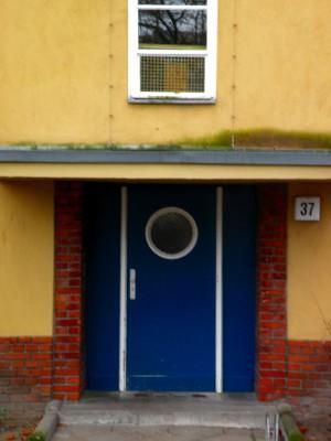 Tür eines Mies van der Rohe-Hauses in der Afrikanischen Straße