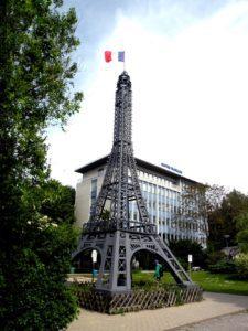 Ein Mini-Eiffelturm vor dem Centre Français