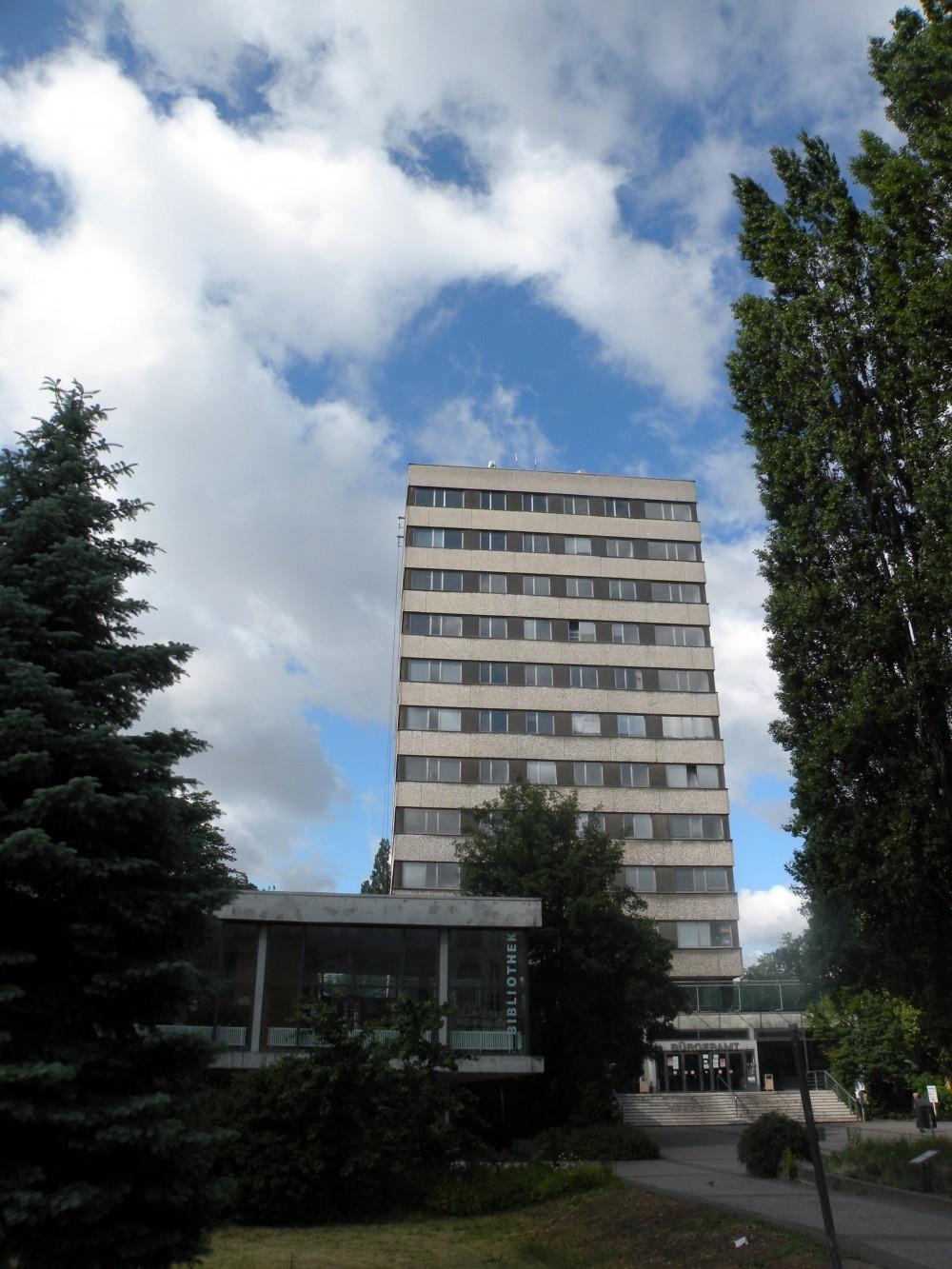 Der Rathausturm und die Bibliothek