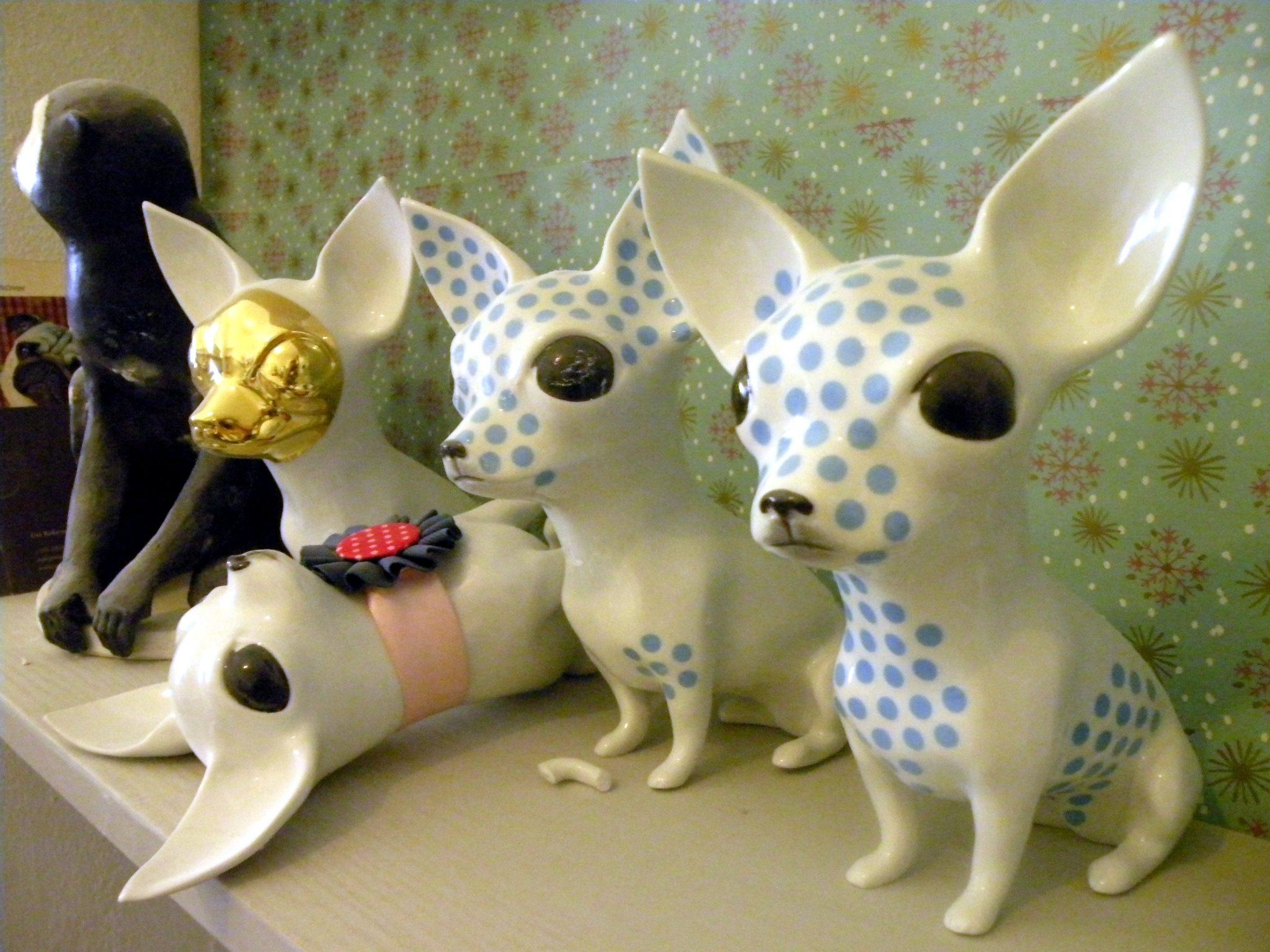 Ironisch-verspielte Porzellan-Chihuahuas