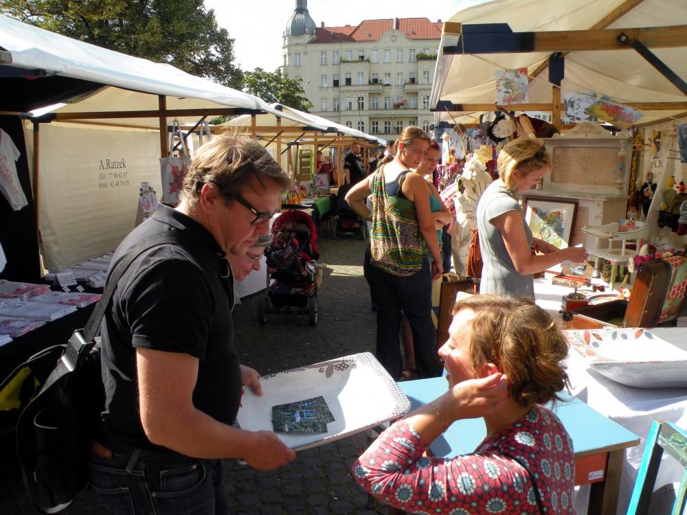 Eberhard Elfert im Gespräch mit einer Künstlerin