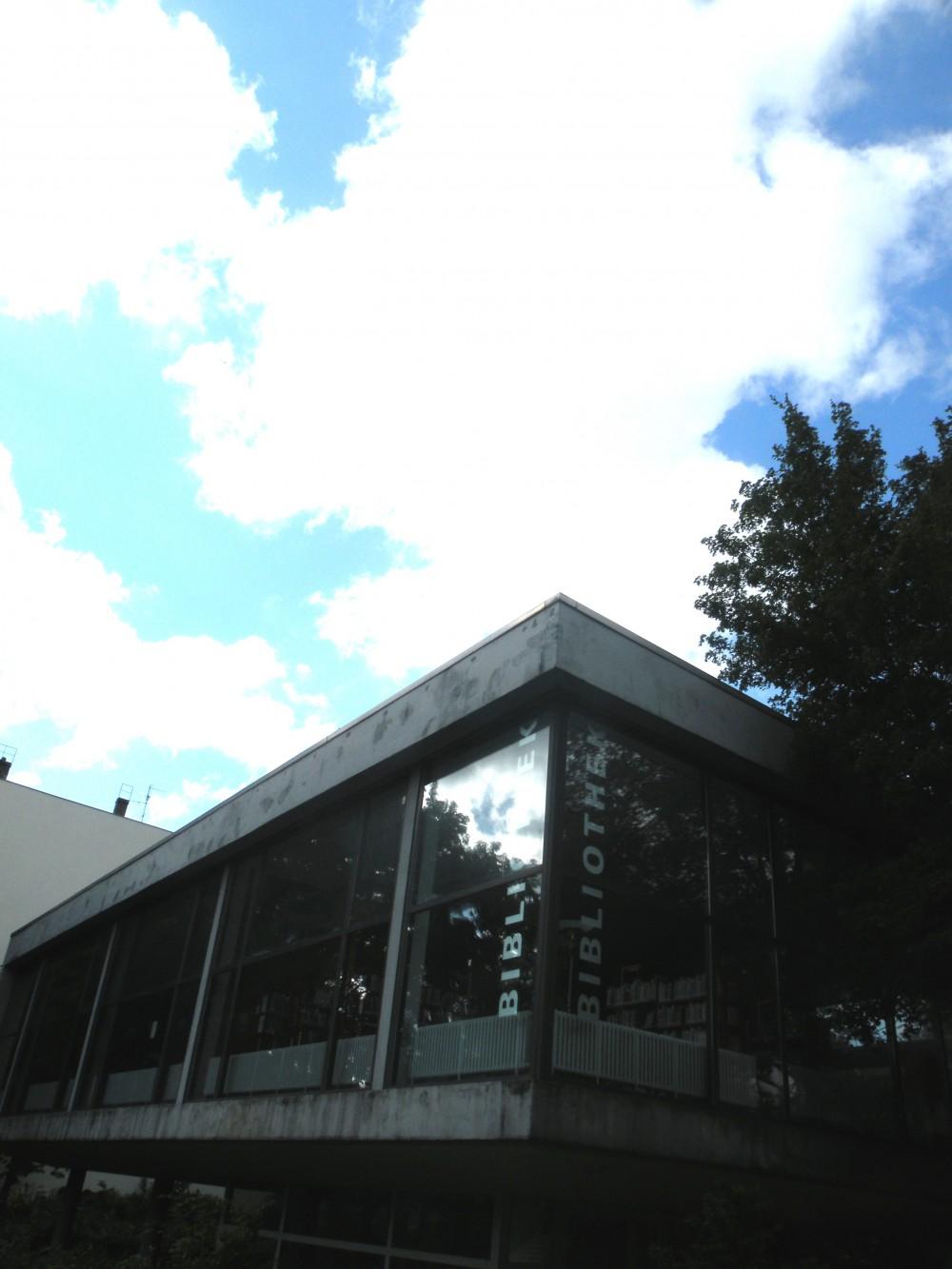 Rathausvorplatz mit Schillerbibliothek