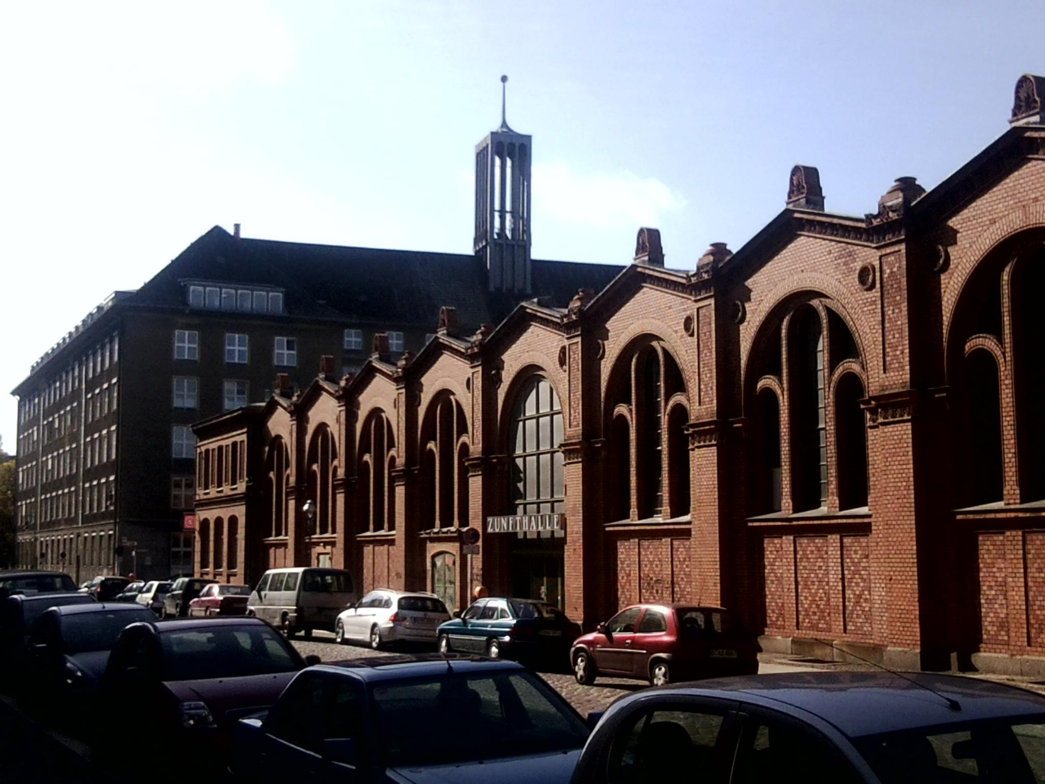 Rathaus Tiergarten, davor die Markthalle