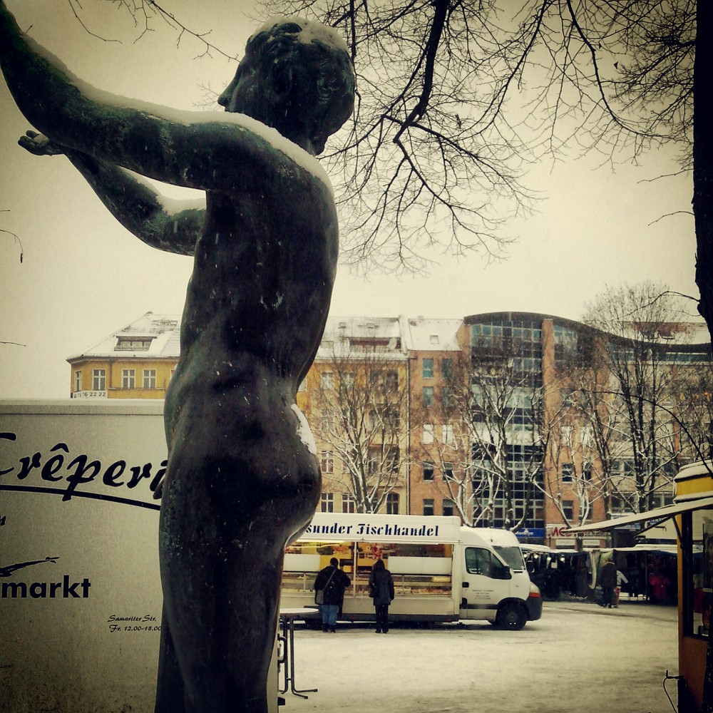 Leopoldplatz im Winter, Statue, Markt
