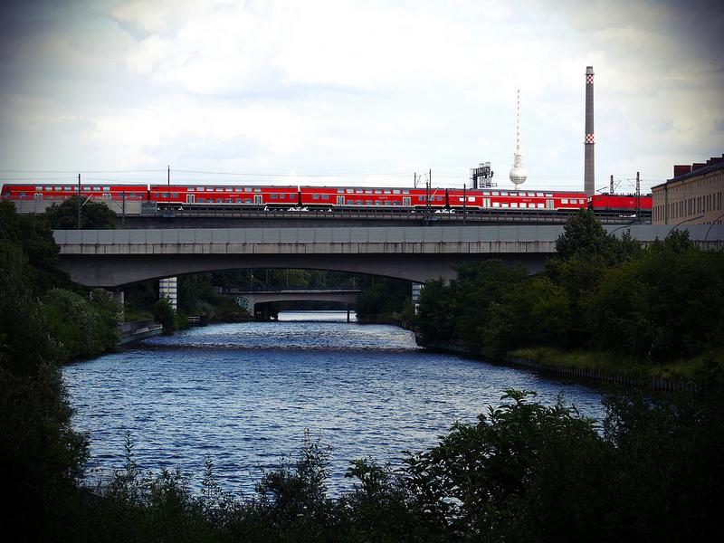 Regionalzug auf der Bahnbrücke, Foto: D_Kori