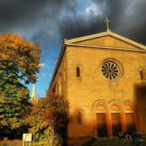Dunkle Wolken über der Kirche