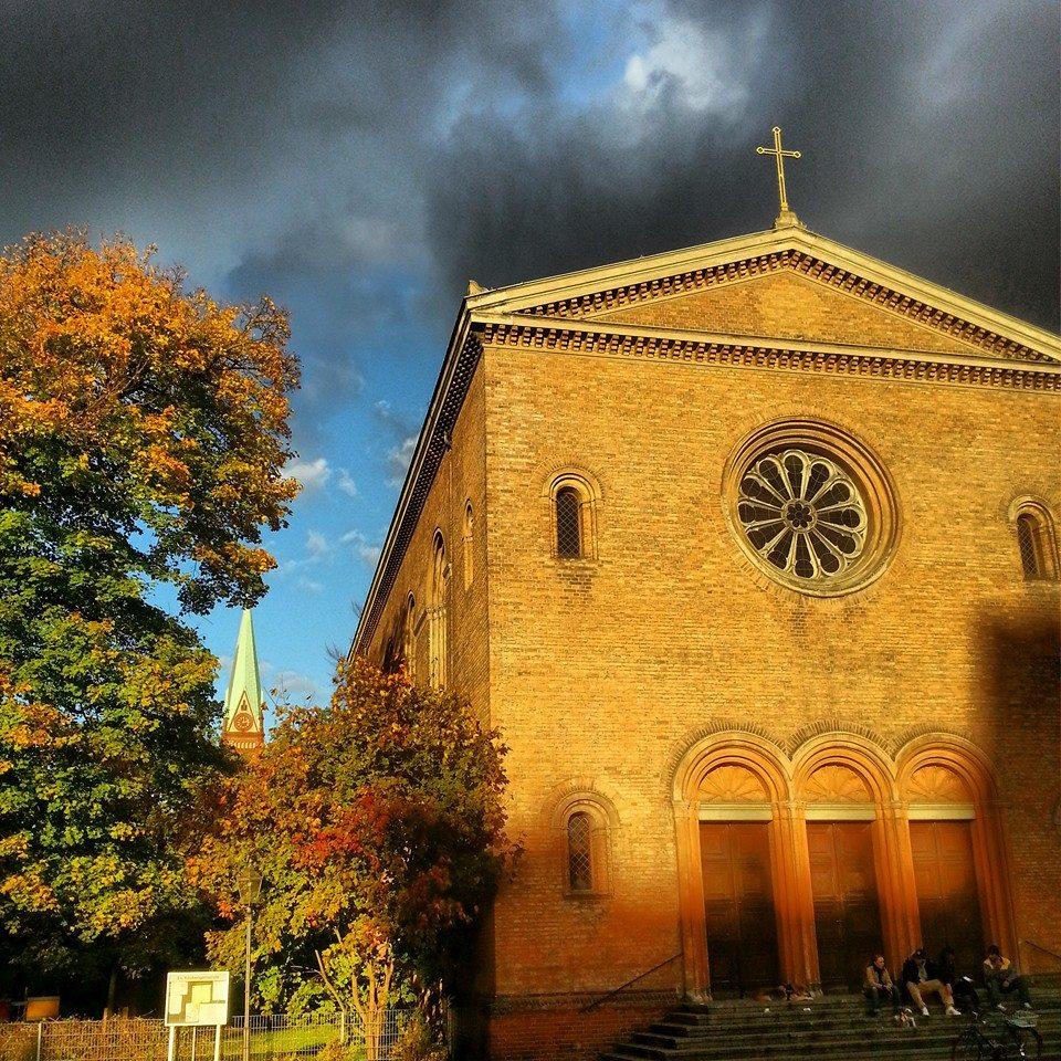 Zwei Kirchen hintereinander am Leopoldplatz