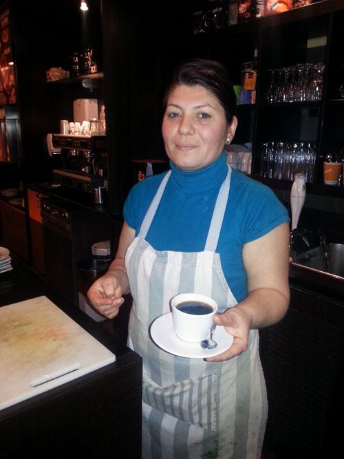 Sema serviert Kaffee