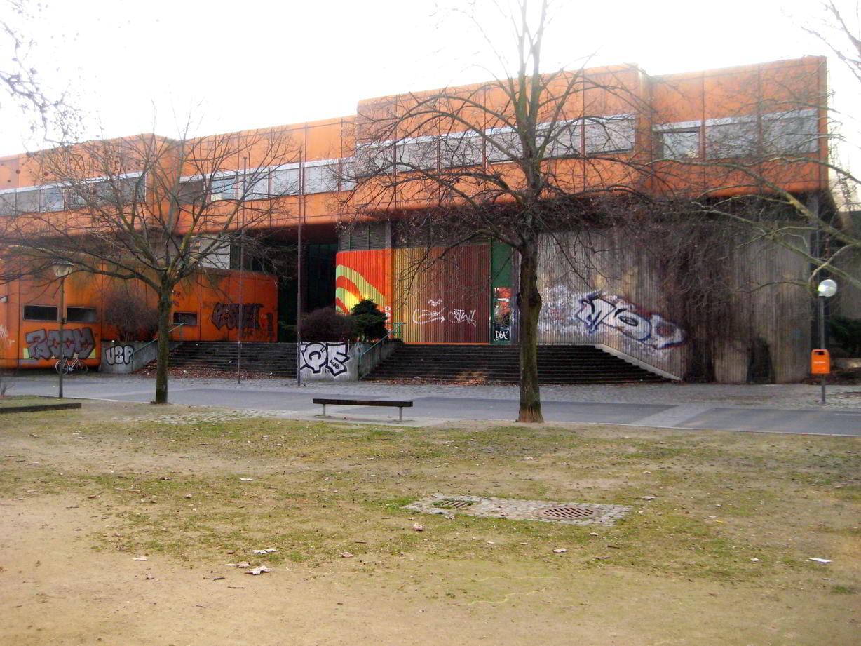 Der markante orangefarbene Bau in der Swinemünder Straße - Foto Andrei Schnell