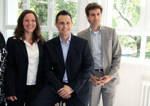 Quinoa-Gründer Stefan Döring (r.) und Fiona Bunk mit Schulleiter Christian Schwenke. Foto: Hensel