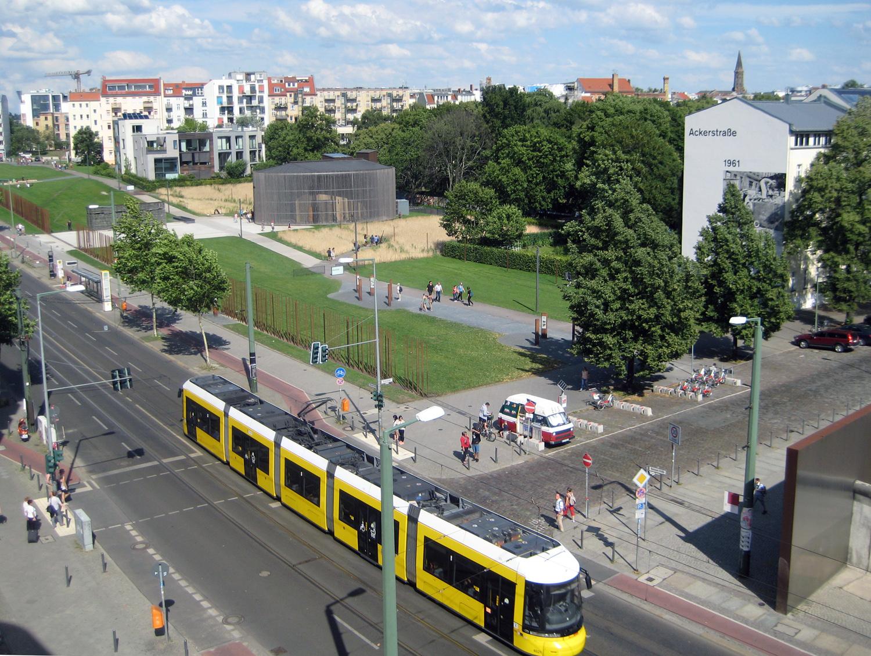 Blick auf den ehemaligen Mauerstreifen an der Bernauer Straße.