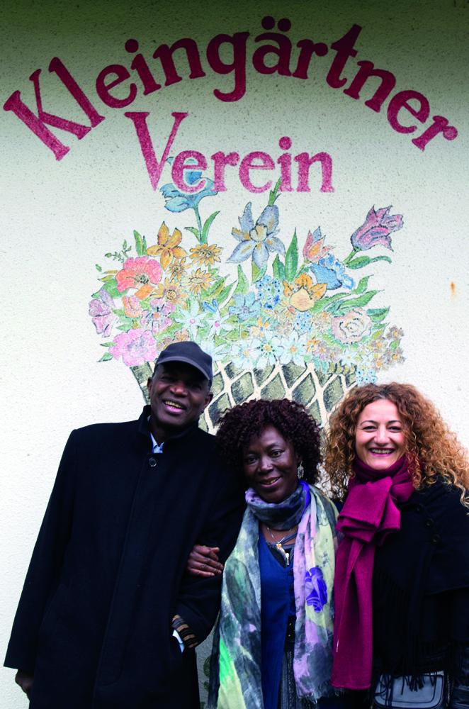 Assibi Wartenberg (linkes Bild, Mitte) beim Kleingartenverein im afrikanischen Viertel.