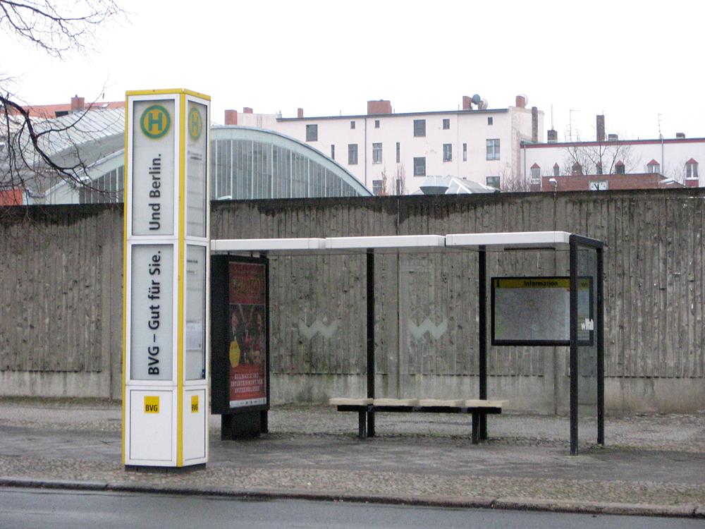 Haltestelle Usedomer Straße. Die Halle im Hintergrund steht auf BVG-Gelände.