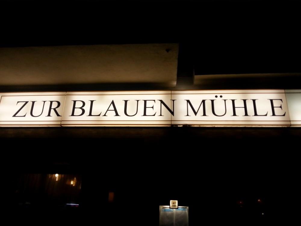 Die Kneipe Zur Blauen Mühle bei Nacht