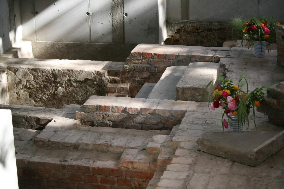 Fundamente der alten Himmelfahrtskirche im archäologischen Fenster.