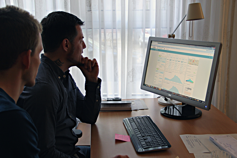 Jan Epperlein (rechts) schaut sich mit Daniel Fenner die Wetterdaten aus der Kita am Computer an.