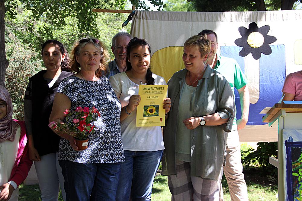 Glückliche Gewinner: Christina Nitzsche (links) und Schülerin Yassmin Habade von der Schulimkerei der Ernst-Reuter-Oberschule.