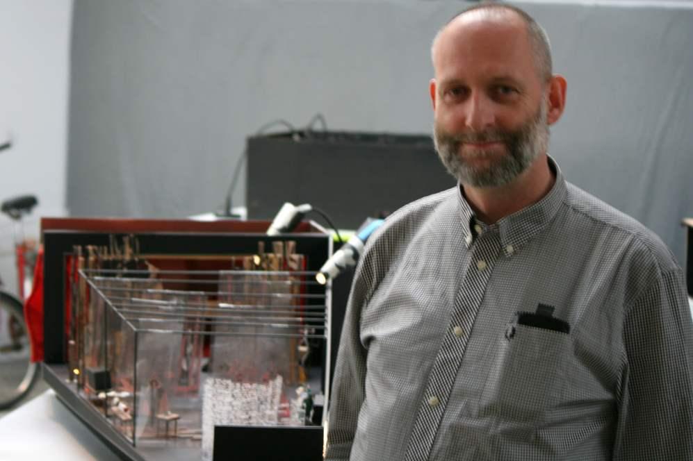 Stefan Gräbener vor einem Modell für ein Theatermuseum