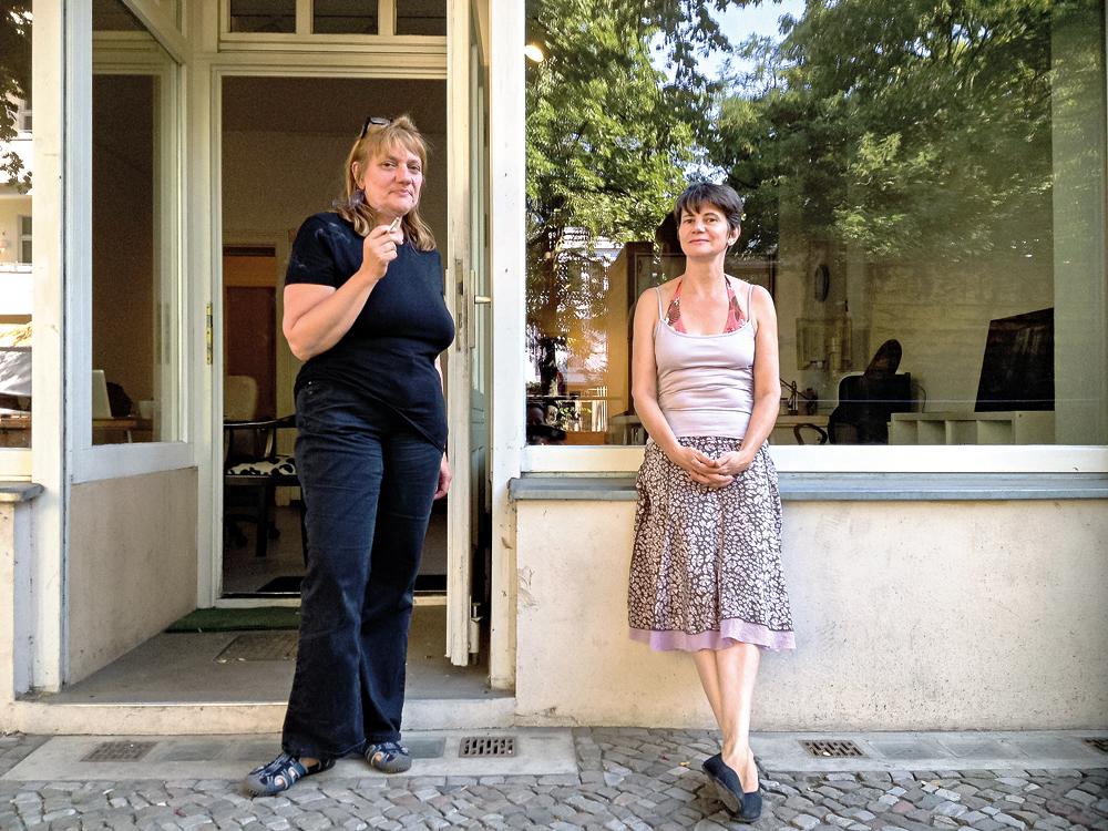 Kata Unger (links) und Susanne Schulze Jungheim vor den Büroräumen des Kolonie Wedding e.V. in der Soldiner Straße.
