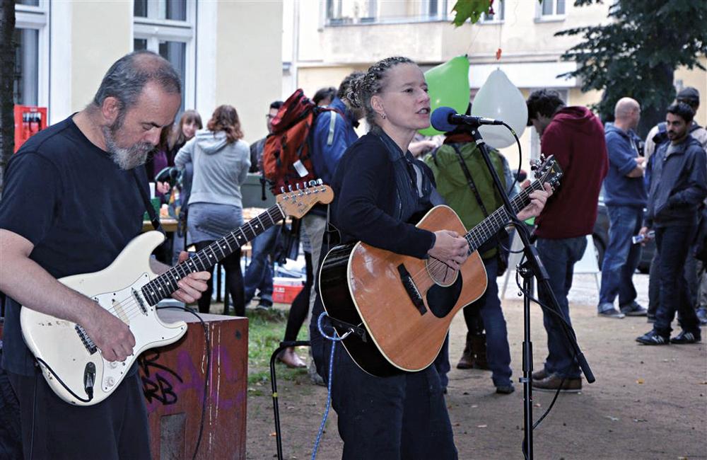 Konzert am Panke-Haus mit der Singer-Songwriterin Michi Hartmann beim ersten Panke-Parcours. Foto: Michael Becker