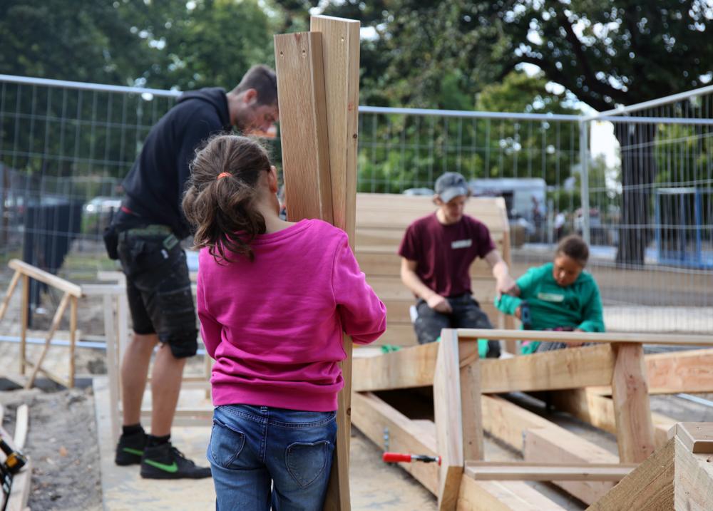 Kinder und Jugendliche gestalteten einen Teil des Spielplatzes selbst.