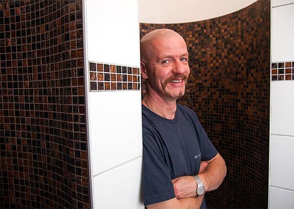 Saunameister Marek Mewitz. Foto: Christoph Schieder