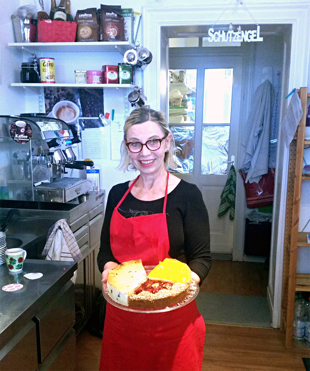 Regina Bielig in ihrem Laden in der Soldiner Straße. Foto: Charlotte Bolwin