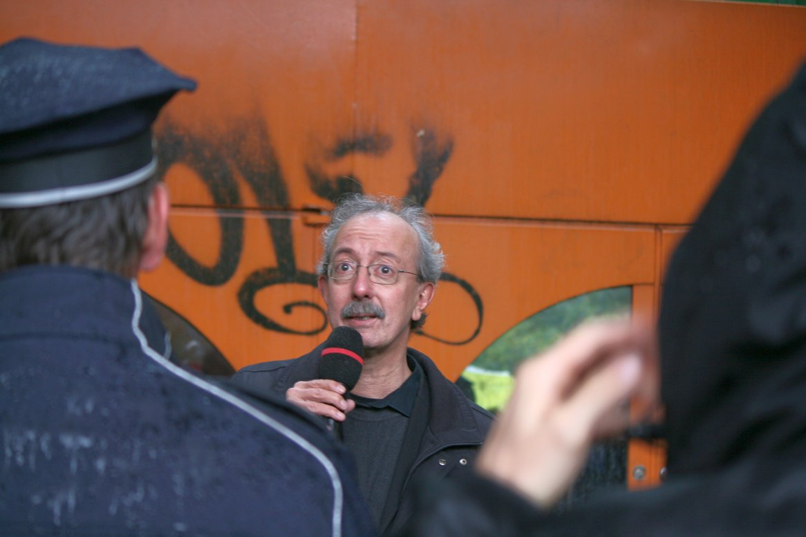 Bezirksbürgermeister Christian Hanke vor dem ehemaligen Diesterweg-Gymnasium - Foto Andrei Schnell