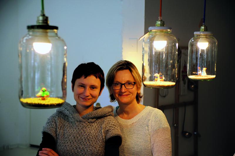 Alicja Nagorko (links) und Sabina Bronszkowska stellen in der Leckerwissen-Küche in der Grüntalter Straße neuerdings auch Lampen und andere schöne Dinge her. Foto: Gourmello