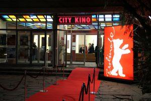 Der rote Teppich und das Berlinale-Logo vor dem Eingang des City Kino Wedding.