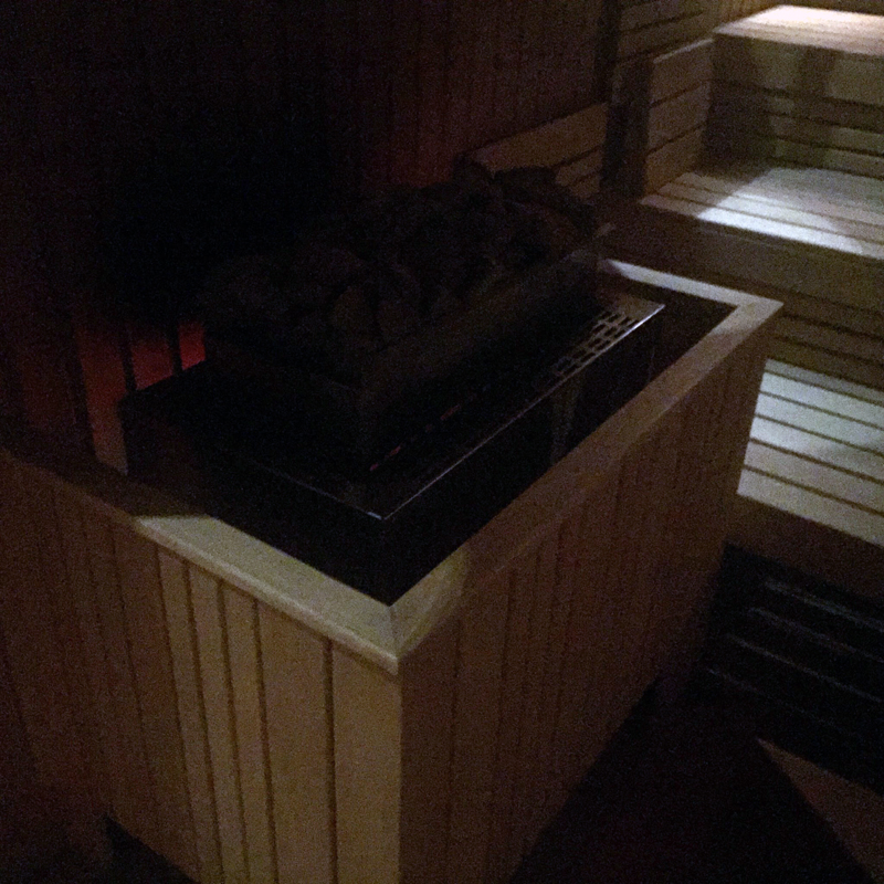 Der Ofen ist aus. Mareks Saunahaus musste schließen. Foto: Bastian Roet