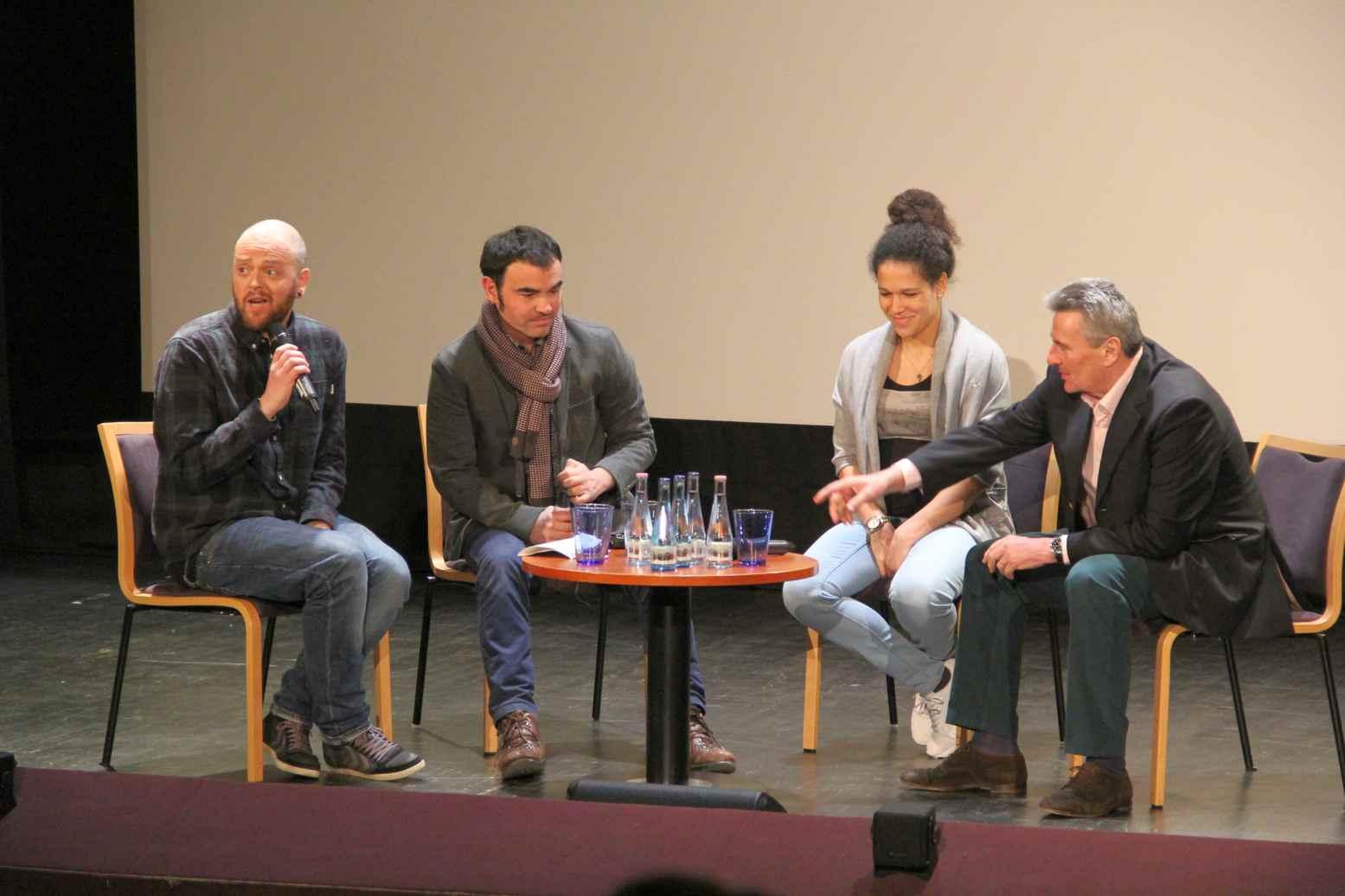 Podiumsdiskussion. Von rechts: Dieter Müller, Celia Sasic und Gilles Rof. Am Mikro der Gesprächsleiter. Foto: Andrei Schnell.