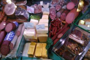 Fleisch und Wurst in der Auslage der Fleischerei Bünger