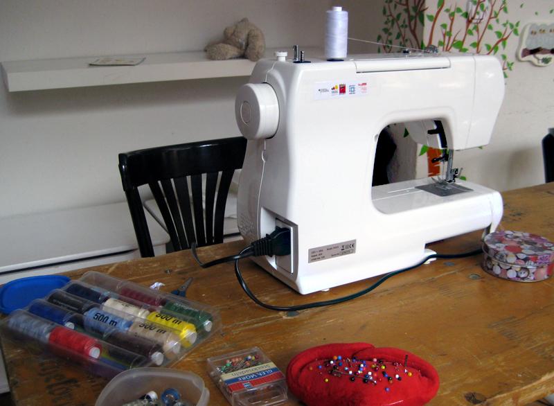 Reparieren mal anders: mit der Nähmaschine. Foto: D. Hensel