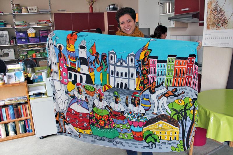 Evelyne Leandro zeigt ein farbenfrohes Motiv aus ihrer Heimat Brasilien. Foto: Ulrike Wronski