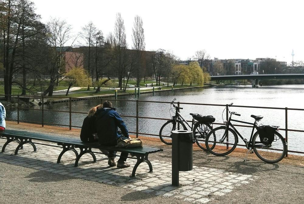 Kanalblick im Park am Nordhafen