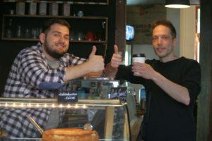 Inhaber und Stammgast von Attis Cafe wollen zeigen, dass der selbst geröstete schmeckt. Foto Andrei Schnell.