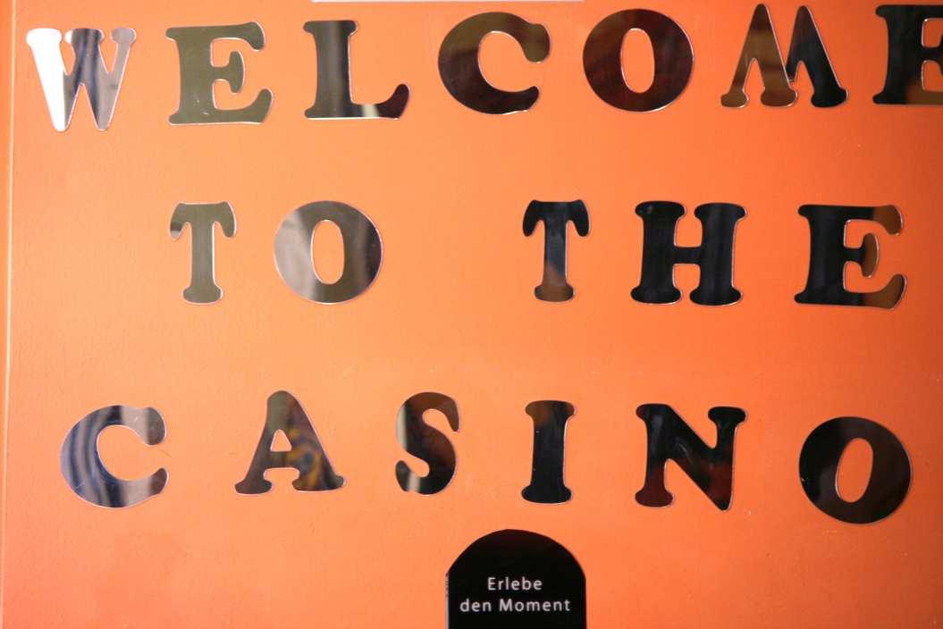 Hinter diesem Schild wird um Geld gespielt. Foto: Andrei Schnell.