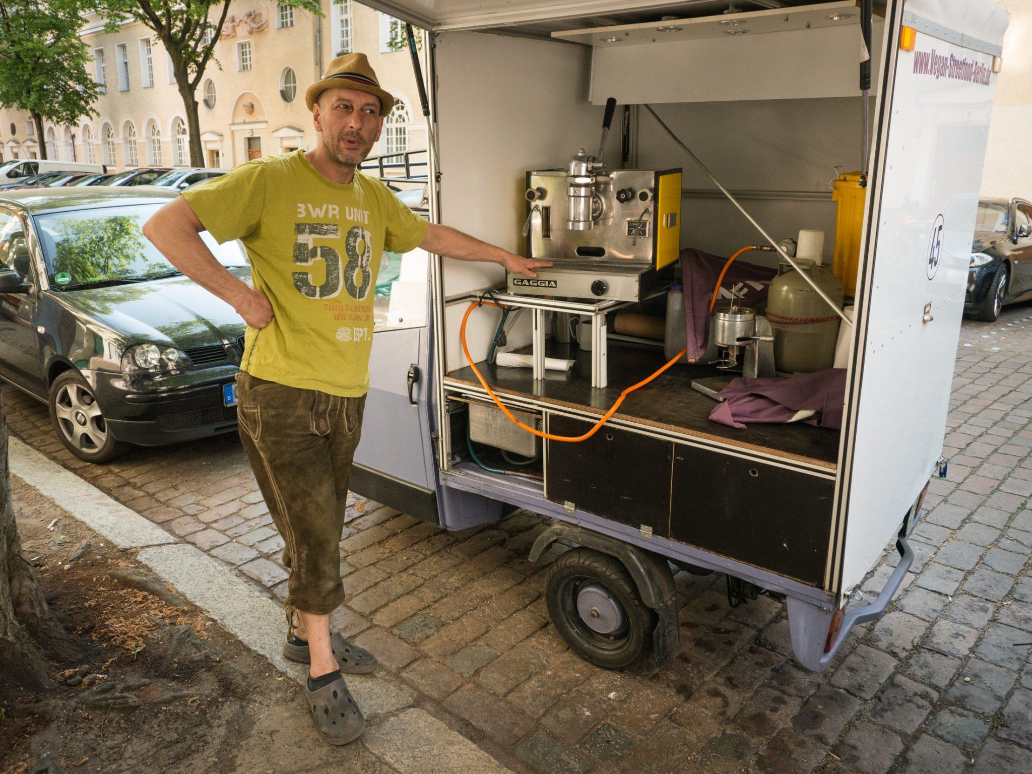 Mit diesem kleinen Fahrzeug verkauft er Espresso auf Märkten in Berlin. Die Gaggia Espresso- Handhebelmaschine hat eine orginal Brühgruppe von 1958.