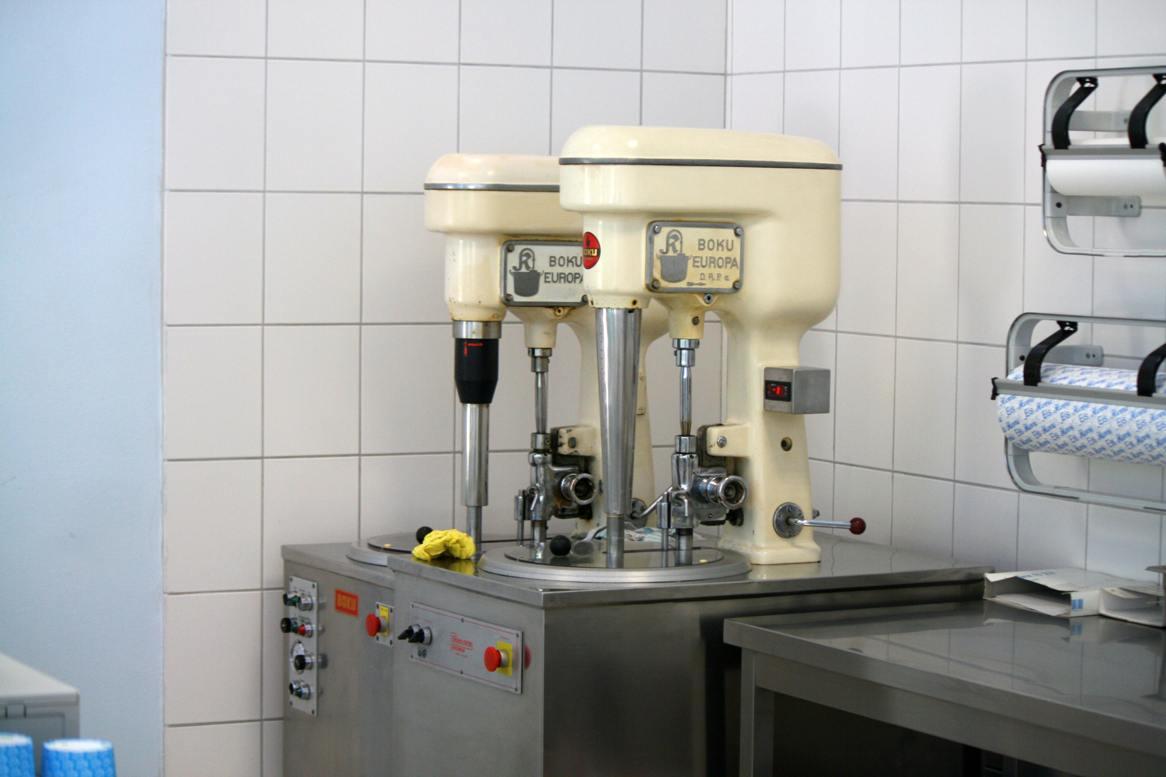 Eismaschine in einem Eiscafe. Foto Andrei Schnell.