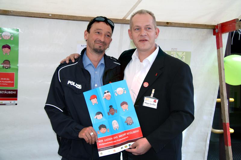 """Polizist Peter Jerke (links) und Klaus Großer werben für das Netzwerk """"Wir lassen uns nicht betäuben"""". Foto: D. Hensel"""