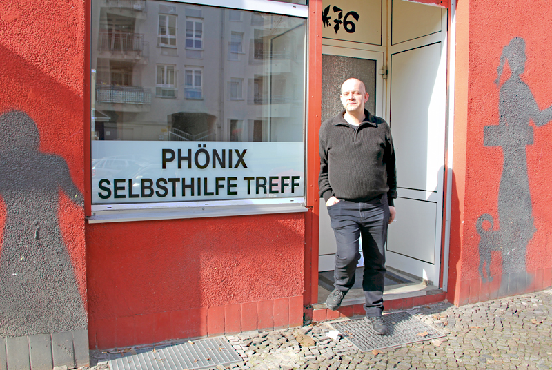 Klaus Großer vorm Haus Phönix in der Koloniestraße. Foto: D. Hensel