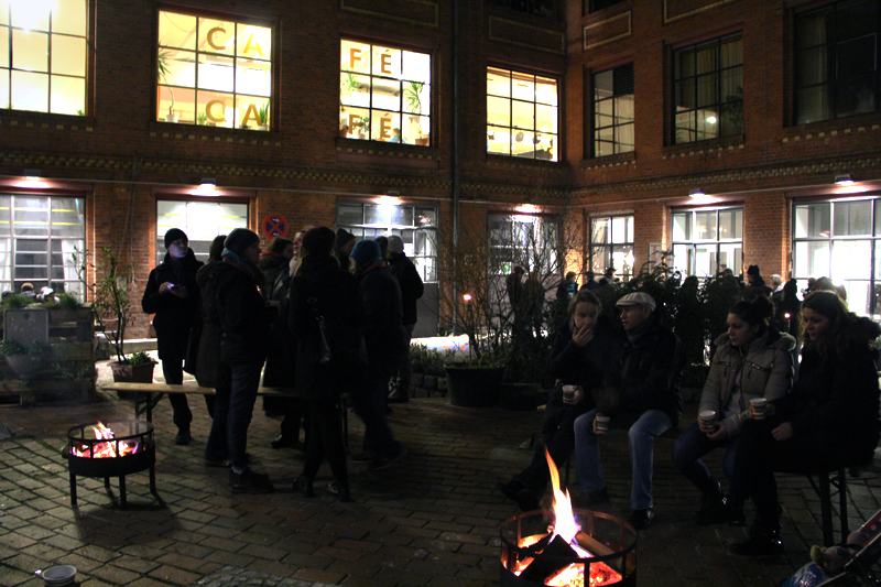 Eine Gelegentheit zum Treffen: Weihnachtspunsch am Feuer in der Fabrik Osloer Straße. Foto: D. Hensel
