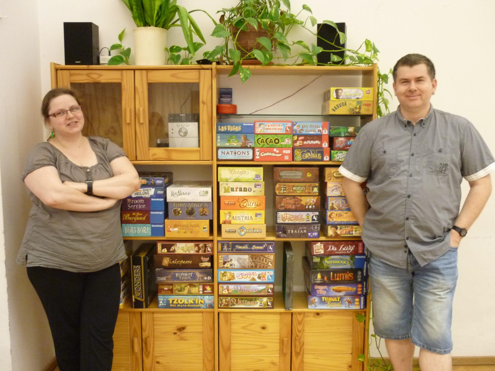 Anja und Benito vor einer kleinen Auswahl an Spielen