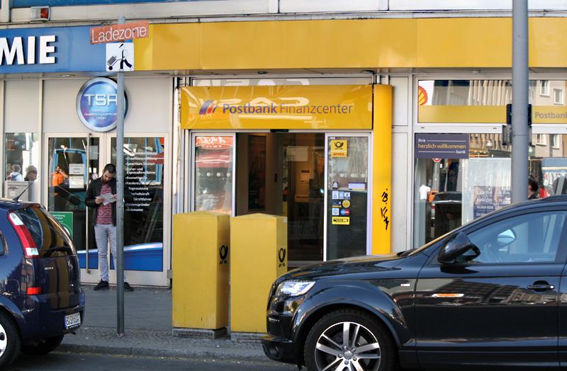 Wer nicht da ist, wenn der Postbote klingelt, muss womöglich zur Post in der Müllerstraße ... Foto: A. Schnell